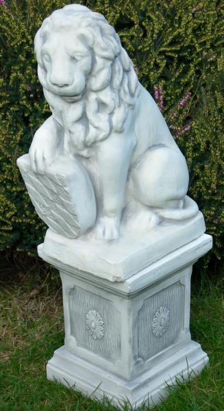 Beton Figuren Löwe Wappen rechts auf klassischer Säule Dekofiguren und Gartenskulpturen