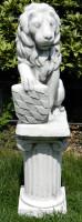 Beton Figuren Löwe Wappen rechts auf ionischer Säule Dekofiguren und Gartenskulpturen