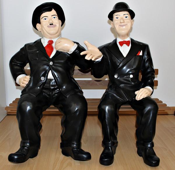 Deko Figur Komiker Dick und Doof H 60 cm auf Bank Gartenfigur Stan Laurel und Oliver Hardy Kunstharz