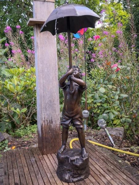 Bronzefigur Bronzeskulptur Bronze Junge mit Schirm Wasserspeier H 98 cm Figur Dekofigur Skulptur