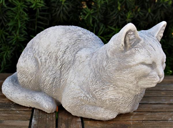 Deko Figur Katze gerade liegend H 16 cm Katzenfigur hell patiniert Gartenfigur aus Beton