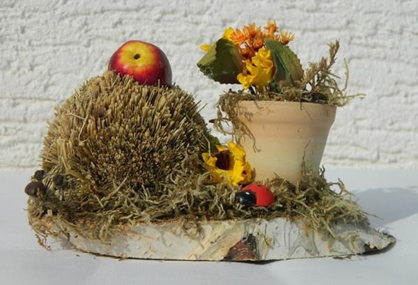 Deko Heu Figur Igel auf Birkescheibe mit Töpfchen dekoriert aus Naturmaterial Heudeko Basteln