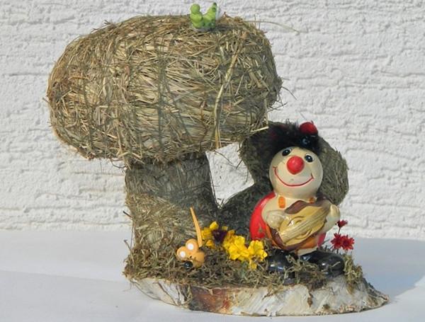 Deko Heu Figur Pilze auf Birkescheibe mit Marienkäfer dekoriert aus Naturmaterial Heudeko Basteln
