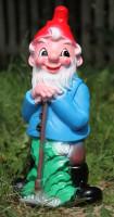 Gartenzwerg mit Harke Figur Zwerg Gärtner H 45 cm Gartenfigur aus Kunststoff