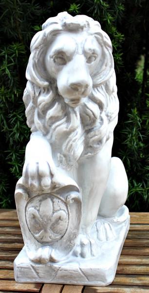 Dekorationsfigur Statue Löwe sitzend H 53 cm Dekoskulptur mit Wappen Schild rechts aus Kunstharz