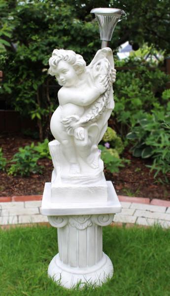 Deko Figur Statue Putte mit Fisch auf Säule H 92 cm LED Solar Leuchte klassische Skulptur Kunststoff