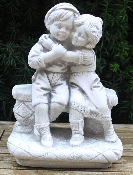 Beton Figur Mädchen und Junge auf Bank sitzend umarmt H 33 cm Dekofigur und Gartenskulptur