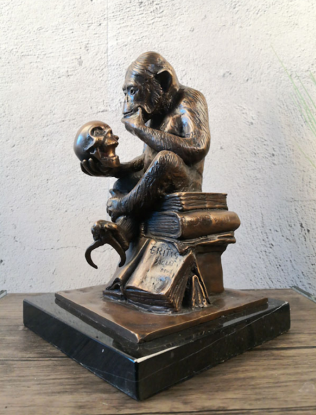 Bronzefigur Bronzeskulptur Tierfigur Affe mit Schädel aus Bronze auf Marmorsockel H 28 cm Skulptur