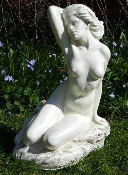 Deko Figur Statue junge Frau Bella Frauenakt sitzend H 32 cm Gartenskulptur Dekofigur aus Kunststoff