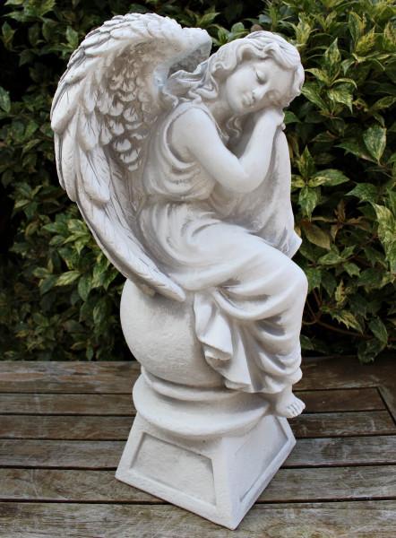 Beton Figur Engel sitzend und schlafend auf Kugel H 42 cm Statue und Gartenskulptur