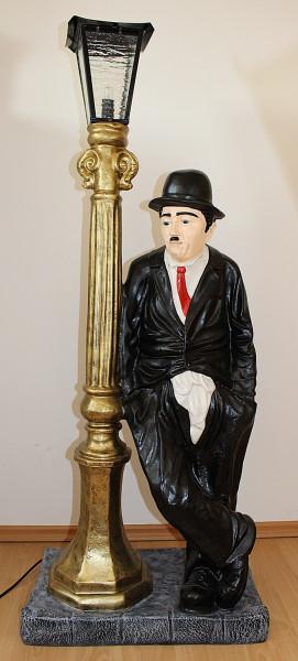 Dekorationsfigur Komiker Schauspieler Charlie Chaplin stehend an elektr. Laterne Deko Figur H 125cm
