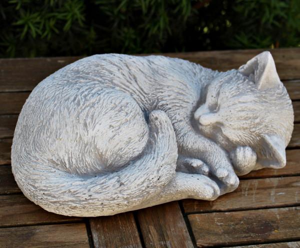 Deko Figur Katze seitlich liegend H 11 cm Katzenfigur hell patiniert Gartenfigur aus Beton