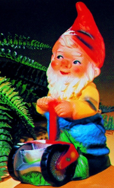 Gartenzwerg mit Rasenmäher Figur Zwerg H 34 cm Gartenfigur aus Kunststoff