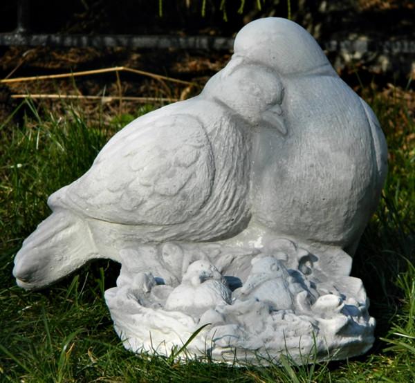 Beton Figur Vogelfigur Tauben Paar mit Nachwuchs H 19 cm Dekofigur und Gartenfigur