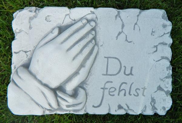 """Beton Figur Tafel mit Aufschrift Du fehlst """" Länge 30 cm Grabdekoration"""""""
