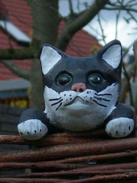 Dekorationsfigur Katze kletternd gerade H 40 cm Tierfigur aus Kunstharz