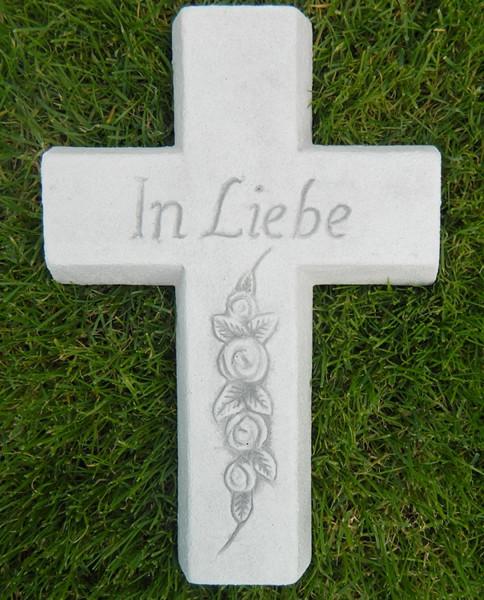 """Beton Figur Kreuz mit Aufschrift In Liebe """" Länge 30 cm Grabdekoration"""""""