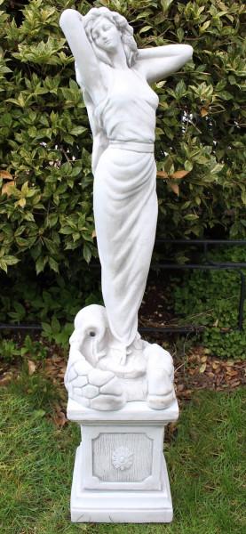 Beton Figuren Statue Frau als Wasserspeier auf klassischer Säule H 93cm Dekofiguren Gartenskulpturen
