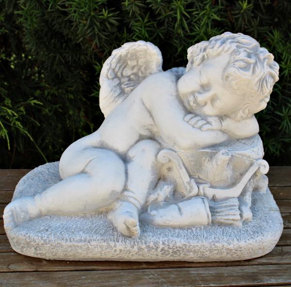 Beton Figur Statue Engel liegend schlafend auf Baumstamm H 26 cm Dekofigur Gartenskulptur