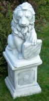 Beton Figuren Löwe Wappen links auf klassischer Säule Dekofiguren und Gartenskulpturen