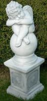 Beton Figuren Statue Engel schlafend auf klassischer Säule H 68 cm Dekofiguren und Gartenskulpturen